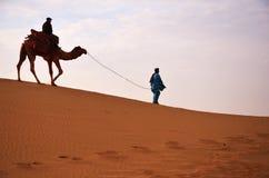 Passeio do camelo em thar Fotos de Stock