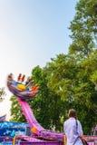 Passeio do carnaval da rotação contra o céu azul imagens de stock