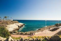 Passeio do litoral perto do castelo do EL Duque, Tenerife imagem de stock