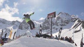 Passeio do Snowboarder na bola de neve do lance do trampolim na cesta do basquetebol audiências video estoque