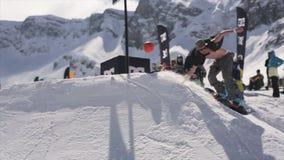 Passeio do Snowboarder na bola do lance do trampolim na cesta do basquetebol audiências esporte filme