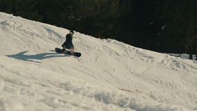Passeio do Snowboarder nas montanhas video estoque