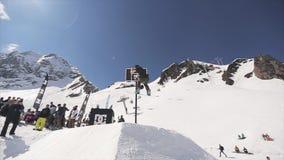 Passeio do Snowboarder no capacete do lance do trampolim na cesta do basquetebol audiências filme