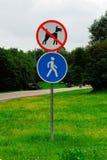 Passeio dos cães proibidos e da zona pedestre Imagens de Stock