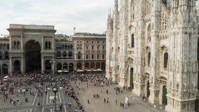Passeio dos povos, tomando uma caminhada no quadrado de Piazza Duomo em Milão, Itália Timelapse vídeos de arquivo