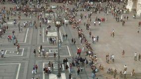 Passeio dos povos, tomando uma caminhada no quadrado de Piazza Duomo, Milão, Itália video estoque