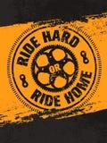 Passeio duramente ou casa do passeio Bandeira criativa das citações da motivação da bicicleta do vetor no fundo afligido Grunge Foto de Stock