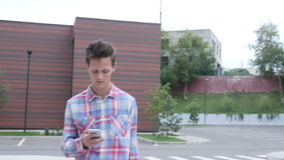 Passeio e Smartphone de utilização ocupado, caminhada na área de estacionamento video estoque