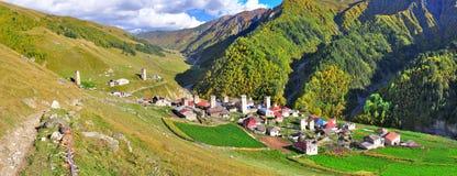 Passeio em a montanha de Mestia-Ushguli, Svaneti Geórgia imagem de stock