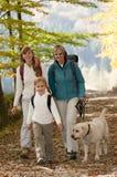 Passeio em a montanha do outono fotografia de stock royalty free