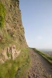 Passeio em penhascos de Salisbúria, parque de Holyrood, Edimburgo foto de stock