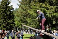 Passeio em um log Feriado nacional tradicional Sabantuy no parque da cidade imagens de stock