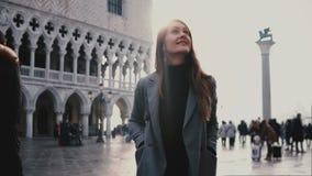Passeio excitado de sorriso do turista europeu novo bonito da mulher no quadrado de cidade antigo velho de San Marco em Veneza, I video estoque