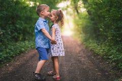 Passeio feliz das crianças exterior na posse do parque suas mãos Foto de Stock Royalty Free