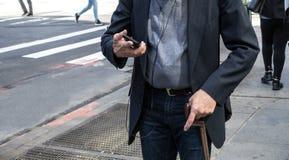 Passeio idoso do homem de New York City foto de stock