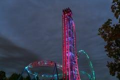 Passeio iluminado da montanha russa na noite fotografia de stock royalty free