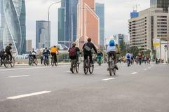 Passeio maciço da bicicleta na cidade A juventude, famílias participa na competência da bicicleta Conceito do estilo de vida saud fotos de stock royalty free