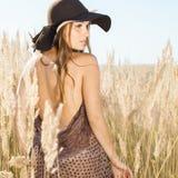 Passeio modelo bonito nos tallgrass - disparou fora Imagens de Stock