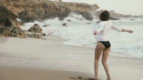 Passeio moreno bonito na costa do oceano filme