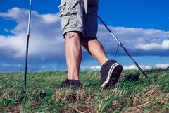 Passeio nórdico, exercício, aventura, caminhando o conceito - equipe a caminhada fotografia de stock royalty free