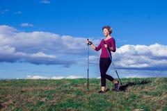 Passeio nórdico, exercício, aventura, caminhando o conceito - um hik da mulher fotos de stock