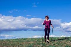 Passeio nórdico, exercício, aventura, caminhando o conceito - um hik da mulher fotos de stock royalty free