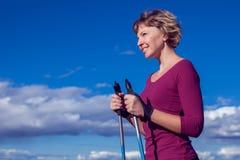 Passeio nórdico, exercício, aventura, caminhando o conceito - um hik da mulher foto de stock
