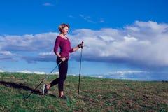 Passeio nórdico, exercício, aventura, caminhando o conceito - um hik da mulher imagens de stock