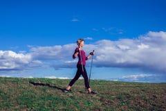 Passeio nórdico, exercício, aventura, caminhando o conceito - um hik da mulher imagem de stock royalty free