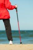 Passeio nórdico Mulher que caminha na praia Fotos de Stock Royalty Free
