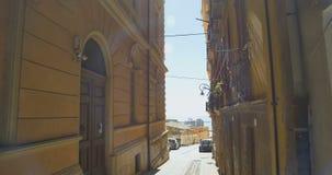 Passeio na cidade europeia velha estreita Opinião velha do edifício Italy vídeos de arquivo