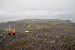 Passeio na montanha de Fimmvorduhals em Islândia foto de stock