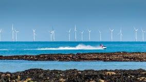 Passeio na praia da baía da Botânica, Kent de Jet Ski, Inglaterra foto de stock