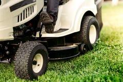 Passeio-no fim do lawnmower acima dos detalhes de grama do corte Ajardinar industrial Imagem de Stock