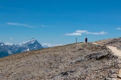 Passeio no trajeto de pedra na parte superior do ` s da montanha Imagens de Stock