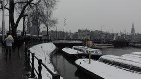 Passeio nos canais nevado de Amsterdão Fotografia de Stock
