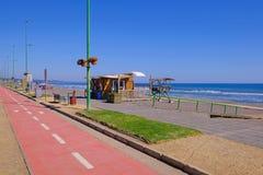Passeio pacífico litoral da praia com o trajeto da bicicleta e o Sandy Beach pavimentados, região de San Antonio, Valparaiso, o C foto de stock royalty free