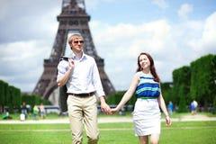 Passeio positivo feliz dos pares Foto de Stock Royalty Free