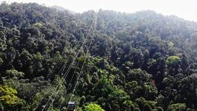 Passeio pov da gôndola do teleférico sobre árvores de floresta do pinho opini?o do zang?o vídeos de arquivo