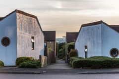 Passeio residencial suburbano da rua entre casas brancas inglesas incomuns imagens de stock royalty free