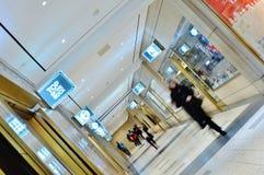 Passeio subterrâneo dos povos do Rockefeller Center da alameda da loja da compra de New York City fotografia de stock
