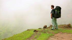 Passeio trekking em montanhas Himalaias, Nepal do turista caucasiano masculino filme