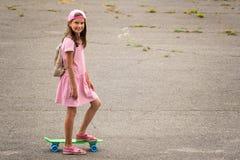 Passeio urbano da menina com skate da moeda de um centavo Imagem de Stock Royalty Free