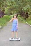 Passeios da menina em mini segway, giroscópio foto de stock