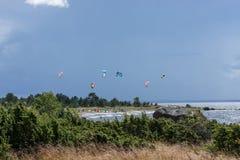 Passeios de um surfista do papagaio no mar Papagaios no céu Foto de Stock