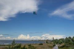 Passeios de um surfista do papagaio no mar Papagaios no céu Imagem de Stock Royalty Free