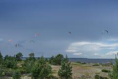 Passeios de um surfista do papagaio no mar Papagaios no céu Imagens de Stock Royalty Free