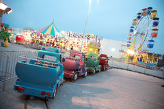 Passeios do carnaval no crepúsculo fotos de stock royalty free