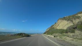 Passeios do carro ao longo da estrada ao longo do mar e das montanhas, vista do carro filme