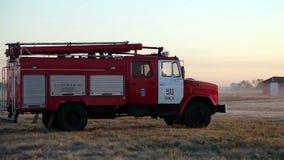 Passeios do carro de bombeiros no campo filme